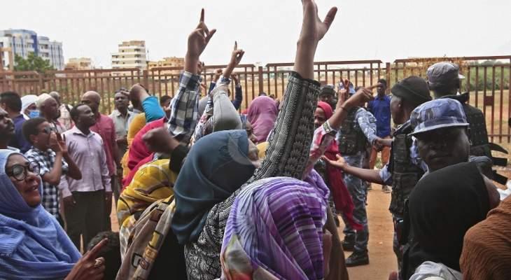 السلطات السودانية تغلق عددا من الطرق في الخرطوم في ظل دعوات إلى تظاهرات احتجاجية