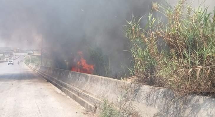 إصابة عنصرين من الدفاع المدني خلال إخماد حريق أراض عشبية بين المحمرة وبحنين