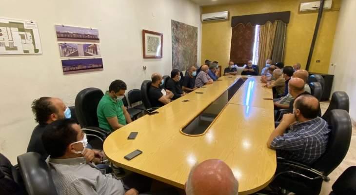 رئيس بلدية بعلبك يجتمع مع تجار المدينة ونقاش حول الإقفال العام وتبعاته