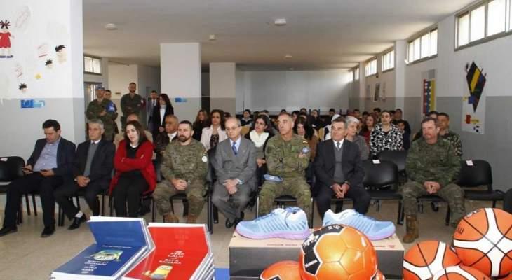 السفير الاسباني يتبرع بمعدات رياضية لطلاب ثانوية ابل السقي