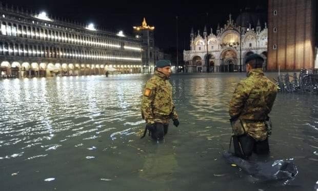 مدينة البندقية الإيطالية تغرق بفيضان هو الأكبر منذ 50 عاما