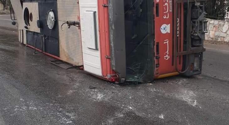 اصابة عنصرين من الدفاع المدني بجروح طفيفة بعد انقلاب سيارة اطفائية بالدبية