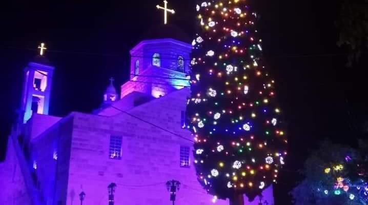 رفع الزينة وإضاءة شجرة الميلاد وبازليك وبرج العذراء في مغدوشة