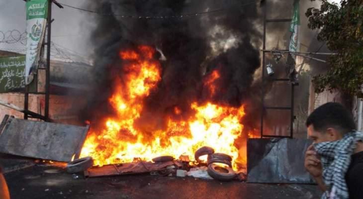 النشرة: اضراب عام واقفال مداخل المخيمات الفلسطينية بالاطارات رفضا لقرار وزارة العمل