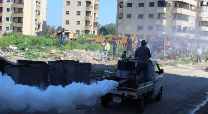 بلدية صيدا تقوم بتعقيم مجمع الاوزاعي للنازحين السوريين في صيدا