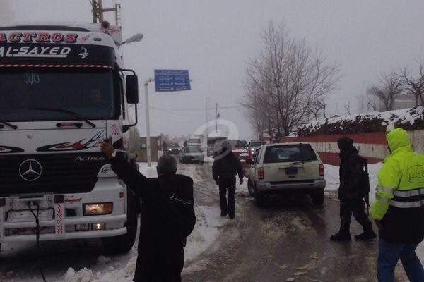 الدفاع المدني ينقذ عائلة انزلقت سيارتها على طبقة من الجليد بشبروح فاريا