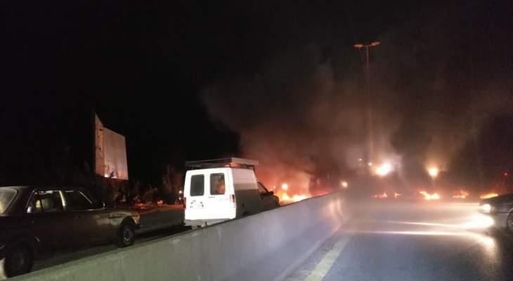 النشرة: قطع السير على أوتوستراد المحمره طرابلس عكار بالإطارات المشتعلة بالاتجاهين