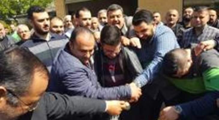 أحد المعتصمين امام الضمان في طرابلس حاول اشعال النار بنفسه