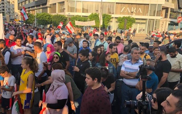 النشرة: مسيرة سيارات حاشدة تجوب شوارع صيدا وهي ترفع الاعلام اللبنانية