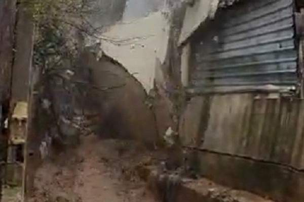 السيول تسببت بانهيار جزء من منزل في برج العرب واجتياح مطاعم ومقاه في بقرزلا