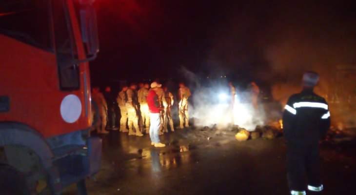 النشرة: عناصر الجيش فتحت طريق برالياس- عنجر والدفاع المدني أخمد حريق الإطارات