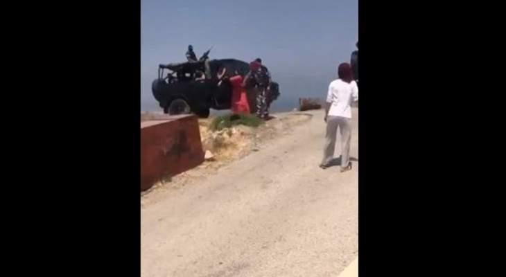 عنصر في قوى الأمن يضرب سيّدة معترضة على إقامة مطمر تربل