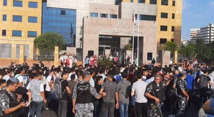 قوات مكافحة الشغب تعمل على فتح الطريق المقطوعة أمام وزارة التربية بالأونيسكو