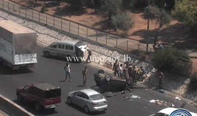 جريح نتيجة انقلاب سيارة على اوتوستراد الضبية المسلك الشرقي