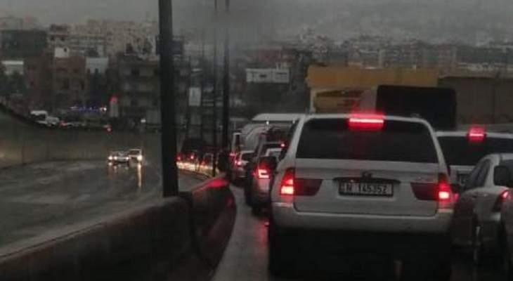 زحمة سير بسبب تجمع المياه على اوتوستراد المطار
