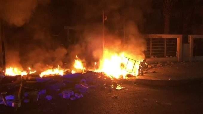 متظاهرون يحرقون استراحة في صور