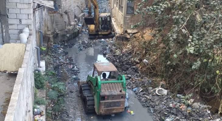مكتب الصحة بحركة أمل نظف مجرى نهر الغدير: نأمل عدم رمي النفايات فيه