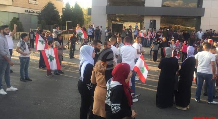 النشرة: أهالي راشيا قطعوا طريق المدينة احتجاجا على الاوضاع الاقتصادية