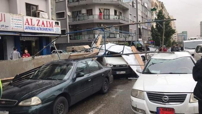 سقوط سقالة بناء عن أحد المباني وحركة المرور كثيفة باتجاه كورنيش المزرعة