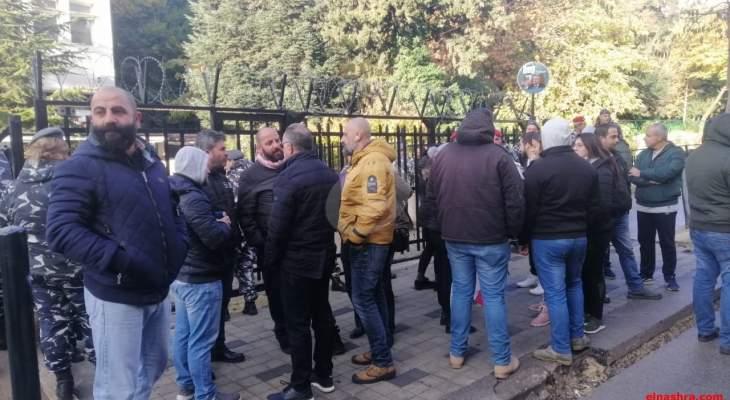 النشرة: محتجون اقفلوا فرع مصرف لبنان بزحلة ومنعوا الموظفين من الدخول