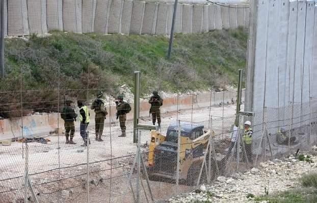 النشرة: جيش اسرائيل يستأنف تركيب أسلاك شائكة على الجدار العازل مقابل كفركلا