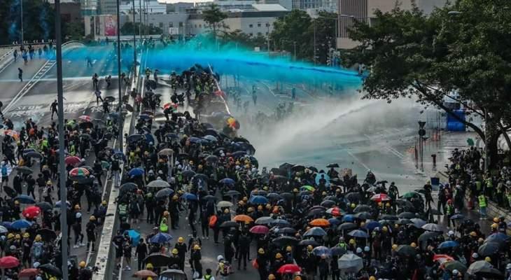 شرطة هونغ كونغ أطلقت الغاز المسيل للدموع ومدافع المياه على محتجين ألقوا قنابل حارقة