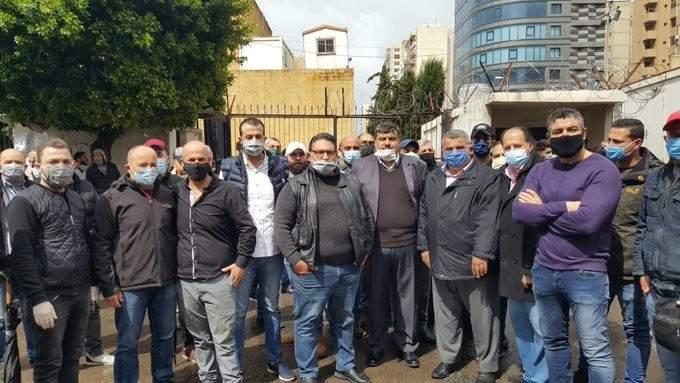 أصحاب صالونات الحلاقة في طرابلس اعتصموا مطالبين بالسماح لهم بالعمل