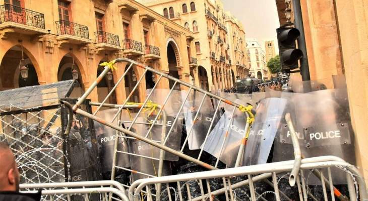 متظاهرون يطلقون المفرقعات النارية باتجاه القوى الأمنية في وسط بيروت