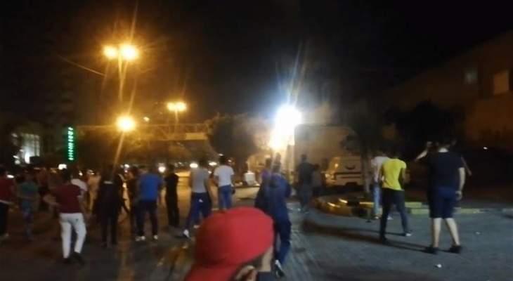 رمي حجارة على مبنى سرايا طرابلس وعناصر القوى الأمنية