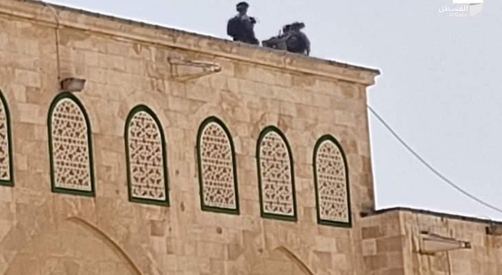 الجيش الاسرائيلي يقتحم المسجد الأقصى ويلقي قنابل الصوت تجاه المصلين