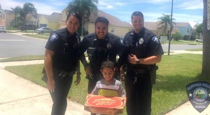 طفل يطلب البيتزا من الشرطة الأميركية