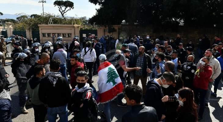 الجديد: محتجون يعتصمون أمام منزل القاضي عقيقي للمطالبة بإطلاق سراح موقوفي طرابلس