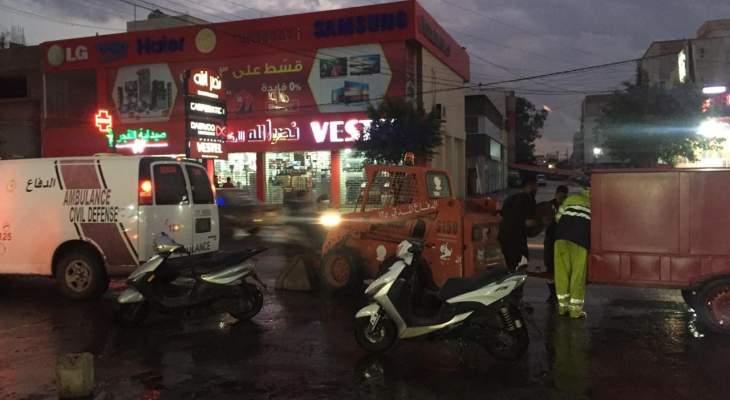 الدفاع المدني سحب مياه من داخل عدد من المحال التجارية في المساكن- صور