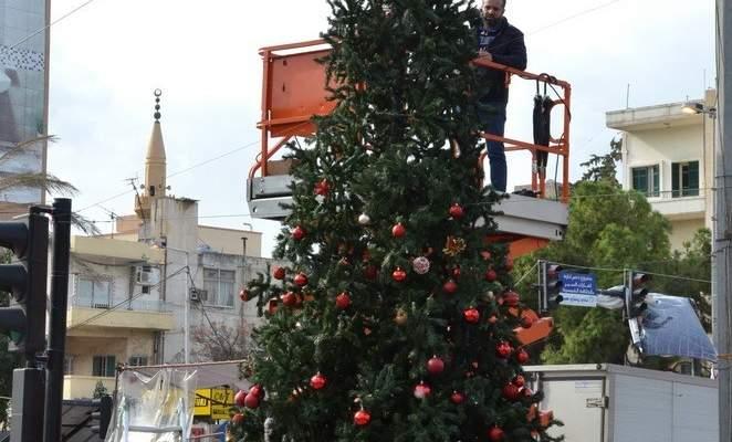 """النشرة: رفع شجرة الميلاد عند """"ساحة الثورة"""" في تقاطع ايليا في صيدا"""