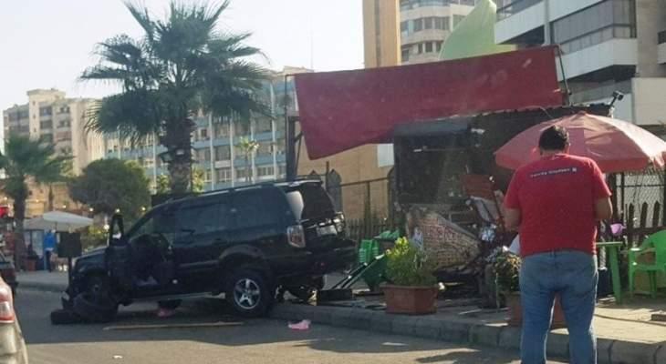 """سيارة تجتاح ماكينة """"اكسبرس"""" في صيدا"""