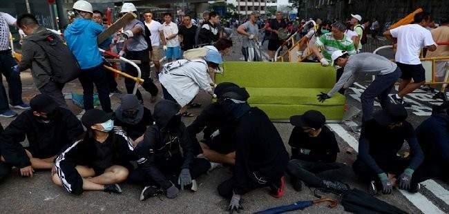 جنود صينيون يساعدون في تنظيف شوارع هونغ كونغ بعد احتجاجات