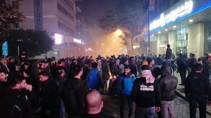 القوى الأمنية تتقدم باتجاه المتظاهرين في شارع الحمرا وتعتقل البعض