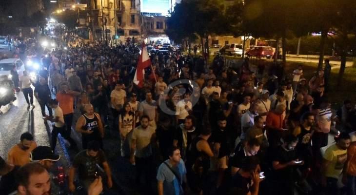 LBC: اشكال بين المتظاهرين في ساحة رياض الصلح نتيجة الهتافات المتضاربة