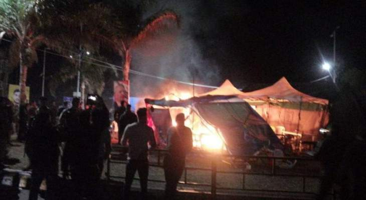 شبان يحرقون الخيم في ساحة العلم في صور والجيش يطلق النار بالهواء