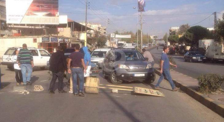 التحكم المروري: فتح السير على طريق عام تعلبايا بعد قطعه من محتجين