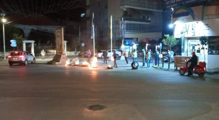 النشرة: اقفال مدخل مدينة النبطية الشمالي قرب تمثال الصباح من خلال احراق الاطارات المطاطية