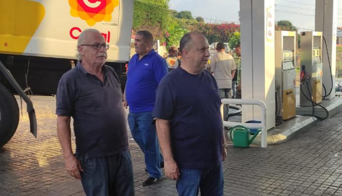 رئيس بلدية مغدوشة أعاد فتح إحدى محطات البلدة وأشرف على تنظيم توزيع البنزين للأهالي