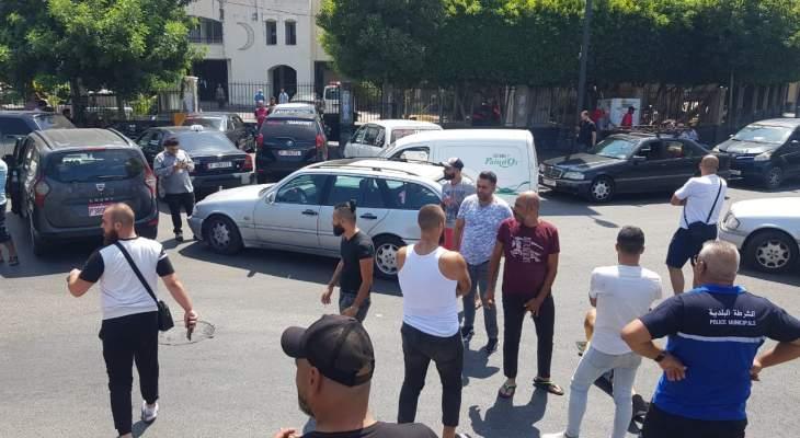 النشرة: سائقو السيارات العمومية قطعوا الطريق عند ساحة النجمة في صيدا