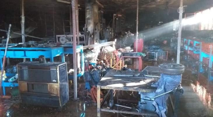 النشرة: اخماد حريق في مستودع لقطع السيارات في سحمر