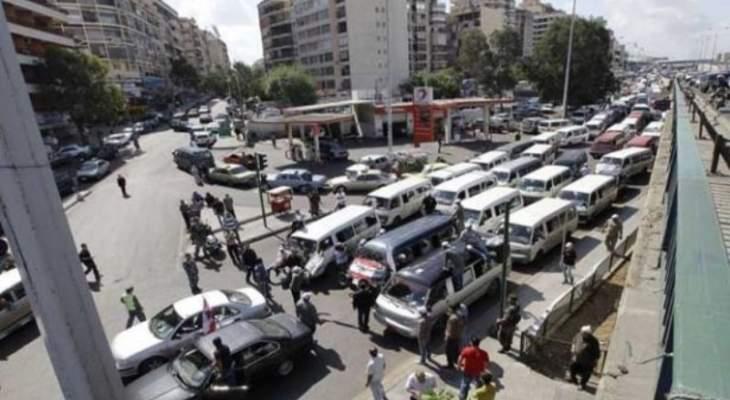 أصحاب الفانات قطعوا طريق العبدة احتجاجا على فقدان المازوت