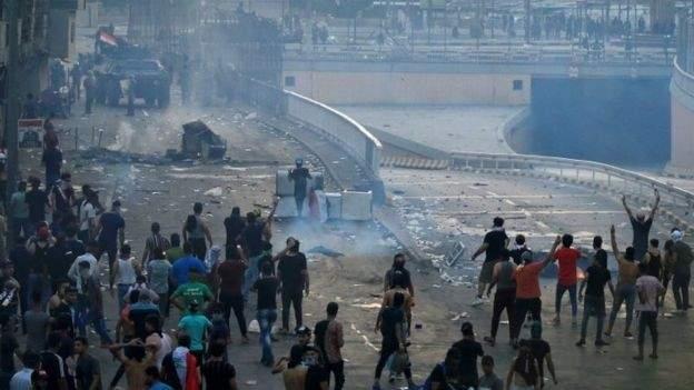 العربية: وقوع إصابات جراء تفريق الأمن للمتظاهرين عند جسر الشهداء ببغداد