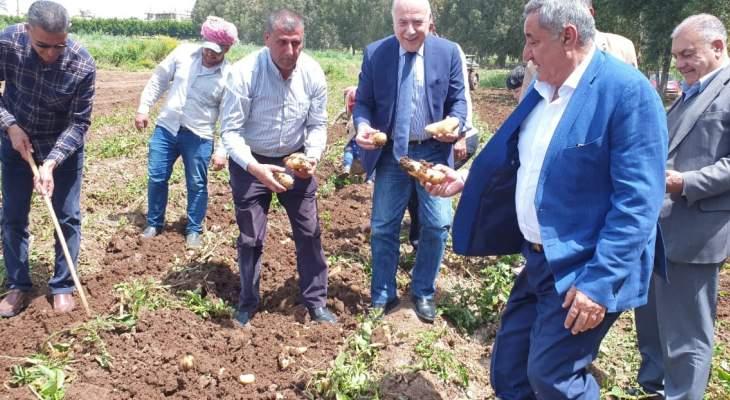 دبوسي جال بعكار مستطلعا الاوضاع الزراعية: لعدم استيراد المزروعات إن توافر كميات كافية منها