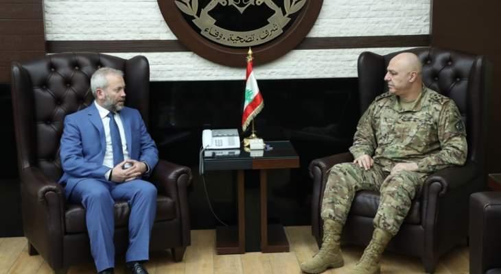 حبشي زار قائد الجيش وأثنى على جهود الجيش في الحفاظ على الامن وحماية التظاهرات