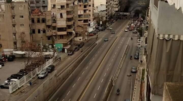 قطع السير على كورنيش المزرعة بالاتجاهين عند تقاطع أبو شاكر احتجاجا على الوضع المعيشي