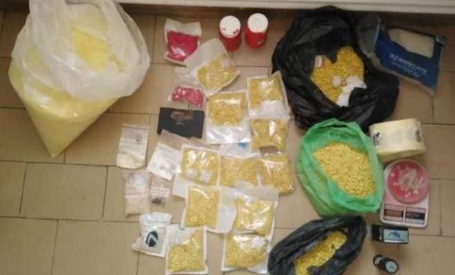 مكتب مكافحة المخدرات في البقاع يوقف مروّجاً يستخدم منزله كمستودع للمخدرات